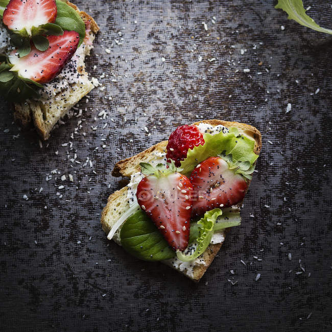 Slices of bread with strawberries — Stock Photo