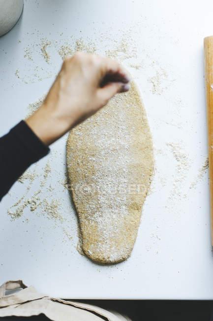 Жінка приготування тіста — стокове фото
