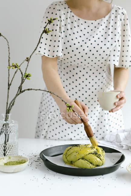 Mulher cozinhando Matcha pão challah — Fotografia de Stock