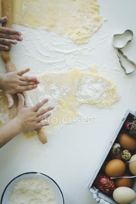 Діти прокатки тісто — стокове фото