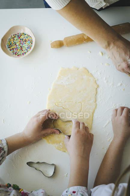 Діти різання форми для печиво — стокове фото