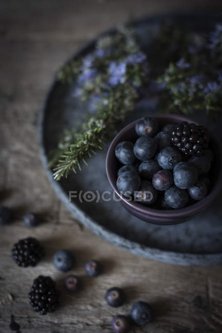 Blueberries and blackberries in bowl — Stock Photo