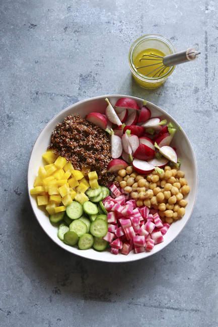 Ensalada de quinua con verduras y garbanzos - foto de stock
