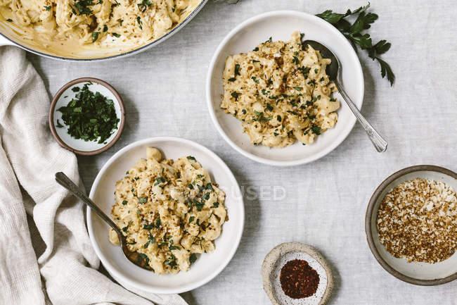 Piatto di Mac e formaggio in ciotole — Foto stock