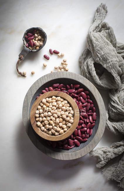 Kichererbsen und Nierenbohnen in Schalen — Stockfoto