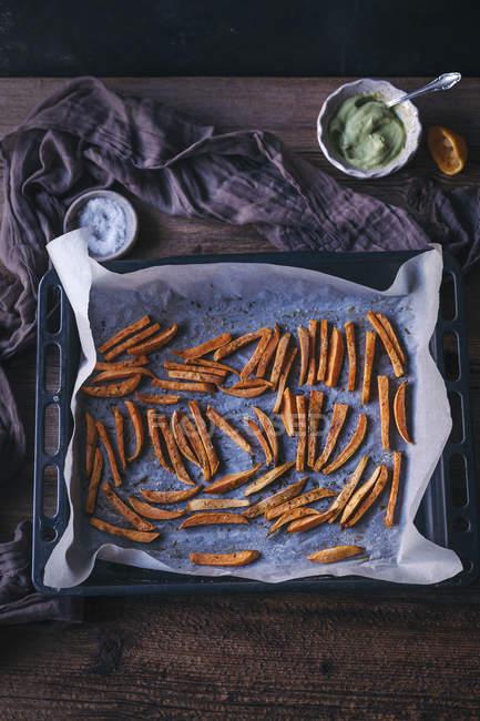Печь печеный сладкий картофель фри — стоковое фото