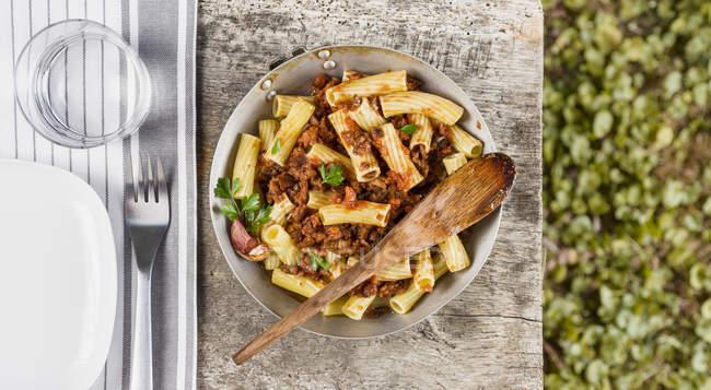 Макароны с баклажанами и томатным соусом — стоковое фото