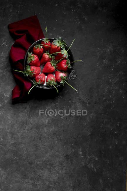 Fresas frescas en tazón - foto de stock