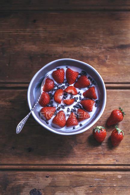 Fresas frescas con yogur - foto de stock