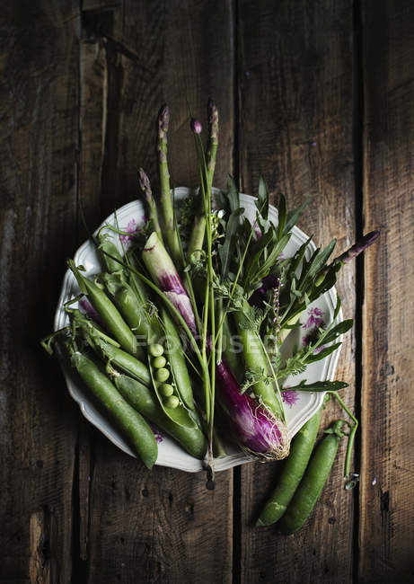Fresh vegetables and greens — Stock Photo