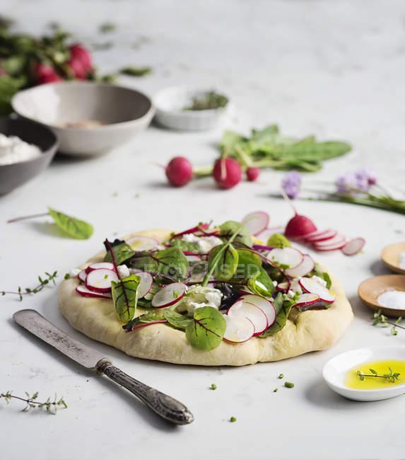 Хлеб Фокачча с салатом из свежих — стоковое фото