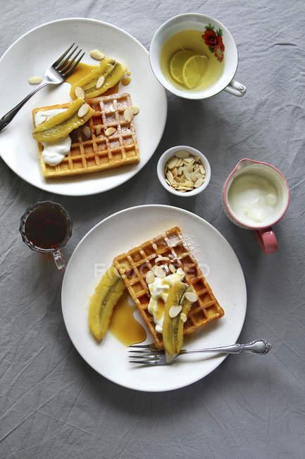 Waffles con bananas caramelizadas - foto de stock