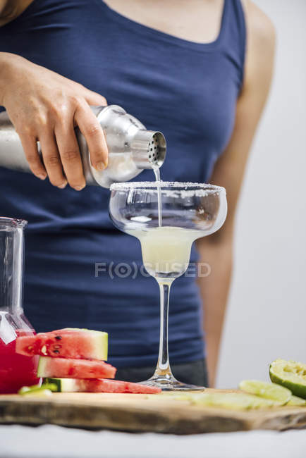 Woman pouring margarita cocktail — Stock Photo