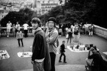 Trois hommes regardant en arrière — Photo de stock