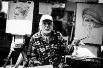 Бородач рисует портреты — стоковое фото