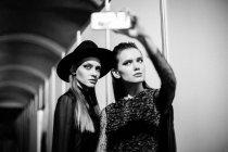 Моделі позують в Український мода тиждень за лаштунками — стокове фото
