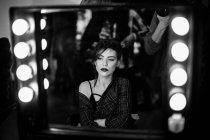 Maquillaje de modelo aplicado backstage - foto de stock