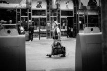 Homem sênior andando na rua com bolsa — Fotografia de Stock