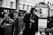 Velho homem Africano com casaco preto — Fotografia de Stock