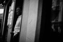 Homme debout dans l'espace de la porte — Photo de stock