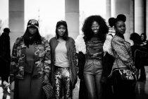 Гості, які прибувають на паризькому тижні моди — стокове фото