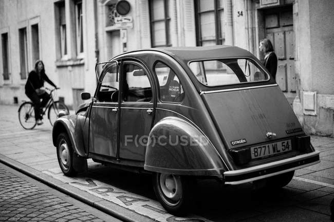 Car parked near building — Stock Photo