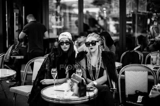Convidados sentados à mesa no café — Fotografia de Stock