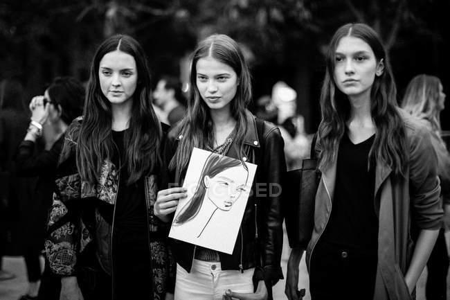 Visitante mostrando desenho em Paris Fashion Week — Fotografia de Stock