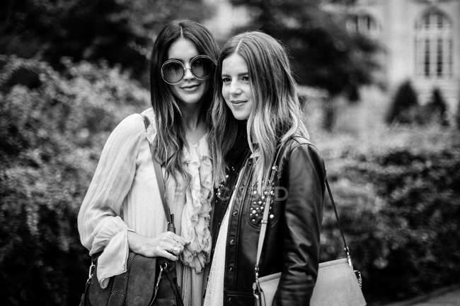 Guests posing on Paris Fashion Week — Stock Photo
