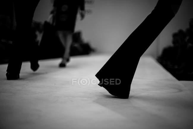 Modelle, die zu Fuß auf der Bühne — Stockfoto