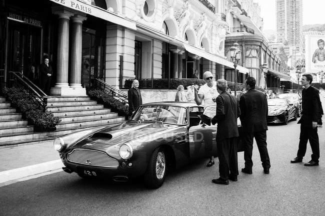 People near retro car — Stock Photo