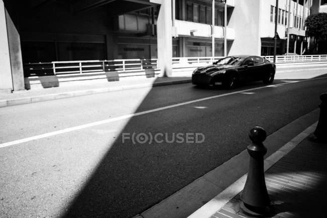Modernes Coupé auf der Straße — Stockfoto