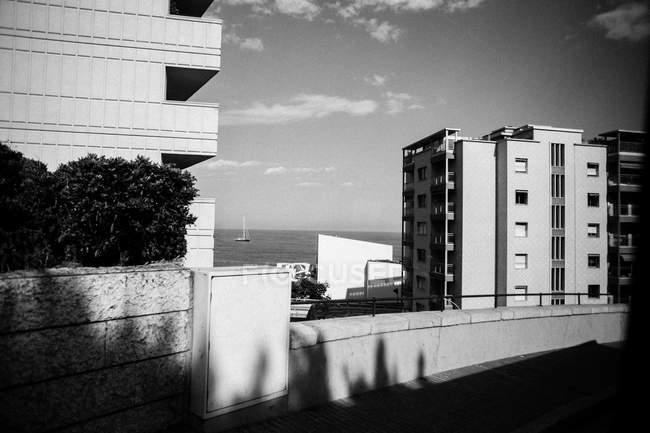 Вид на архитектурные здания и море — стоковое фото