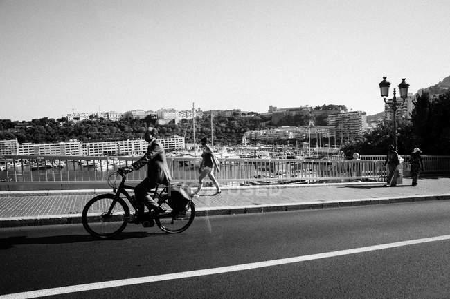 Via urbana con pedoni camminare sul marciapiede — Foto stock