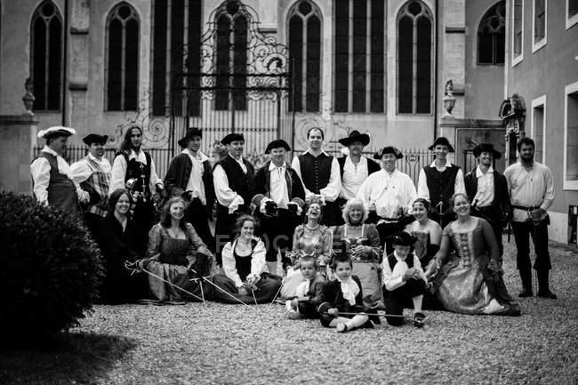 Pessoas em trajes vintage com rapiers — Fotografia de Stock