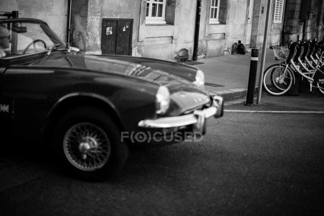 Vintage car on urban street — Stock Photo