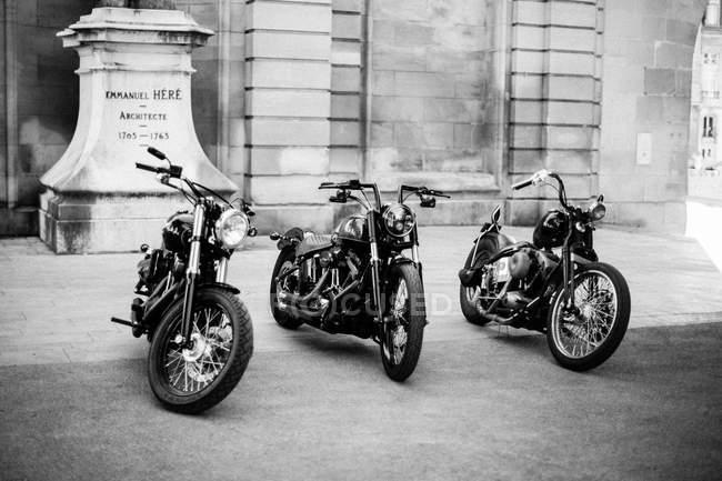 Reihenweise geparkte Motorräder — Stockfoto