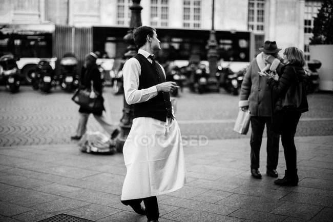 Cameriere fumare in strada — Foto stock