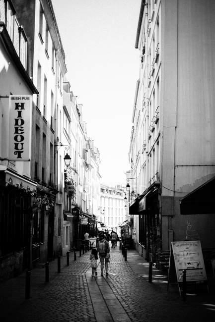Stretta strada di Parigi con le persone a piedi — Foto stock