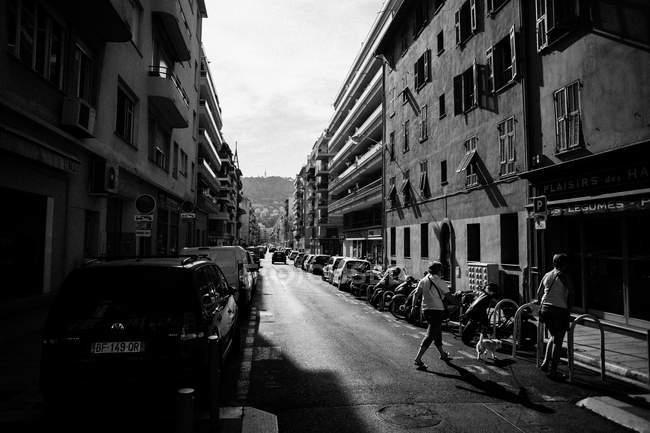 Strada con auto parcheggiate su entrambi i lati del marciapiede — Foto stock