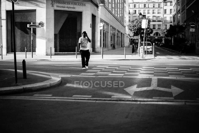 Mann mit Hut läuft durch Straße — Stockfoto