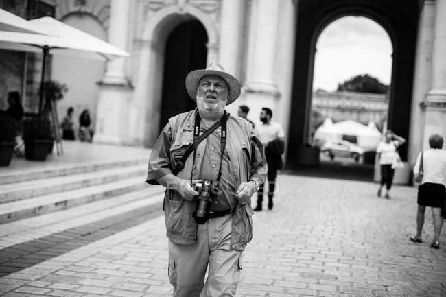Людина з камерою, ходьба на вулиці — стокове фото