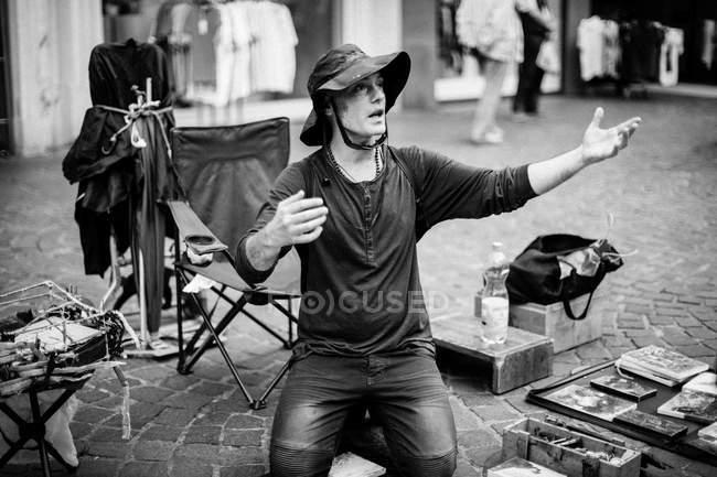 Mann mit Hut, die Hand heben — Stockfoto