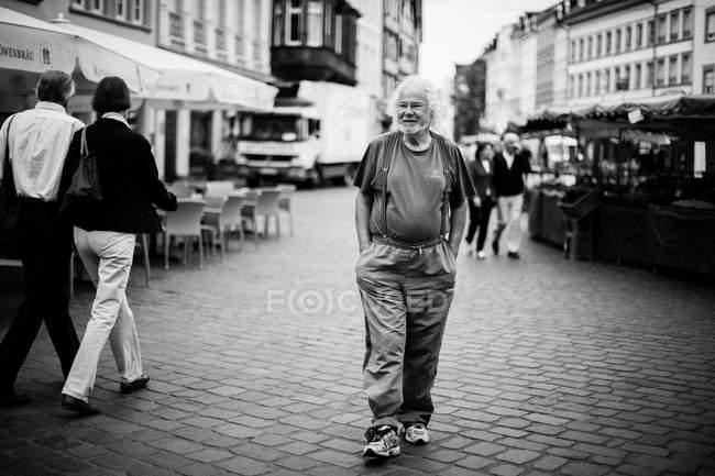Persone che camminano per strada — Foto stock