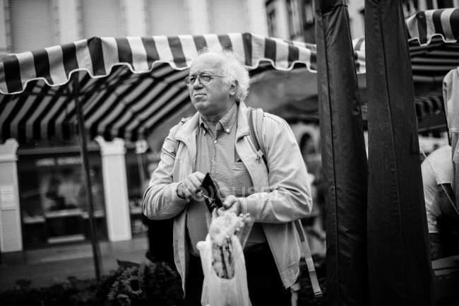 Людина з пакетом у руці — стокове фото