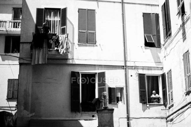Homens em pé em espaços de janela — Fotografia de Stock