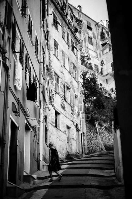 Женщина идет по лестнице — стоковое фото