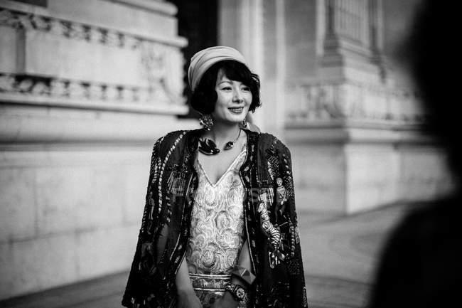 Гость прибывает на Неделю моды в Париже — стоковое фото