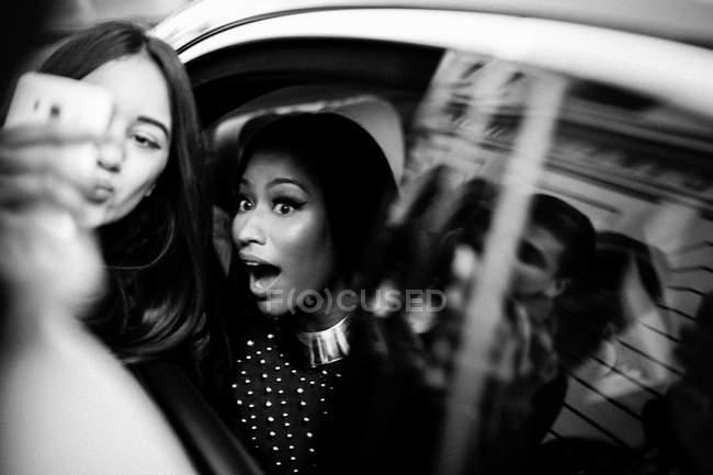 Вентилятор дівчинка, яка бере selfie з Nicki Minaj — стокове фото