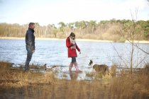 Couple sur Promenons nous dans les bois du lac — Photo de stock